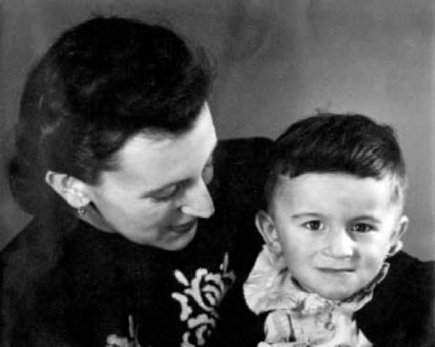 Milan Lasica s matkou. Zdroj: Paměť národa/archiv pamětníka