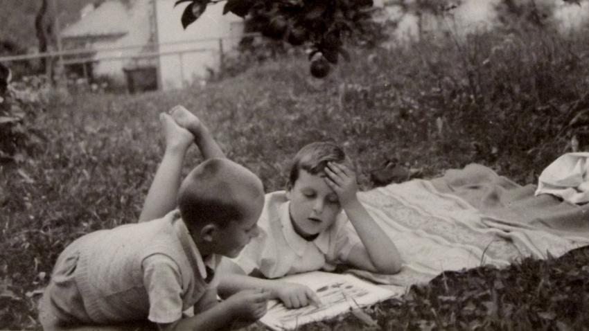 Zvídaví bratři – Jan a mladší Václav na zahradě rodinného domu. Zdroj: Paměť národa