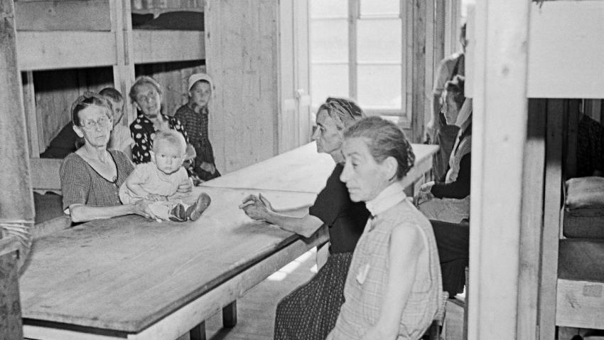 Německé ženy a děti v internačním táboře Němců v Kladně červenci 1945. Foto: ČTK