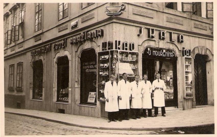 U Mouřenína, obchod rodiny Skálů na Malé Straně v roce 1931 , otec Josef ho převzal jako 18letý