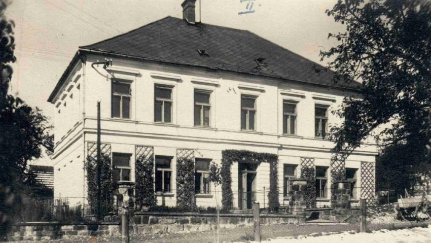 Budova školy v Hutisku, kam v roce 1920 nastoupil jako řídící Cyril Mach. Foto: Paměť národa