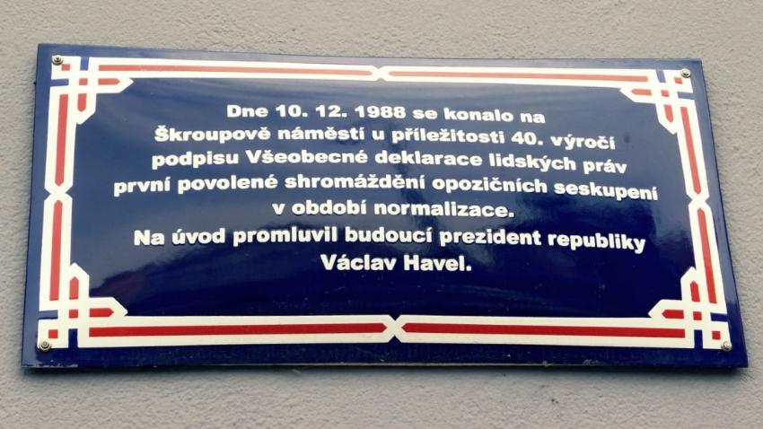 Pamětní cedule na Škroupově náměstí.