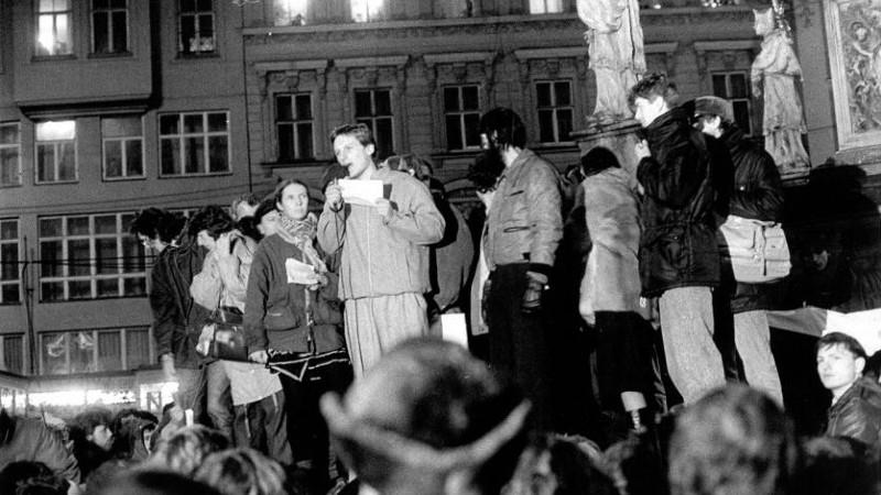 Jana Soukupová mezi řečníky u Morového sloupu na náměstí Svobody v Brně (nalevo od mluvčího).