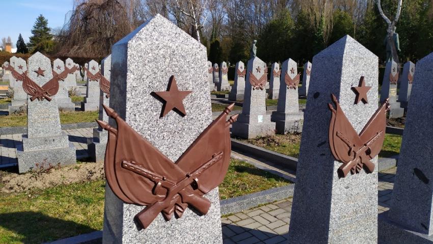 Na čestném pohřebišti rudoarmějců na Olšanských hřbitovech je pochováno 492 vojáků. Oficiálně to mají být muži, kteří padli při osvobozování Prahy v květnu 1945. Ruský fotograf Vladimir  Pomortzeff představil u příležitosti 75. výročí konce války výsledek svého pátrání po osudech pohřbených – při osvobozování Prahy zemřelo 23 vojáků, většina pohřbených zahynula v bojích v okolí Prahy. Celkem 47 vojáků pohřbených na Olšanských hřbitovech pak zahynulo otravou metanolem nebo alkoholem, tedy zhruba každý desátý. Foto: Post Bellum