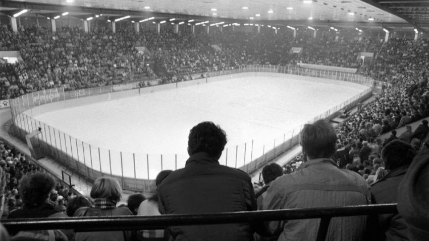 Zaplněný teplický stadion v pondělí 20. listopadu 1989. Foto: ČTK