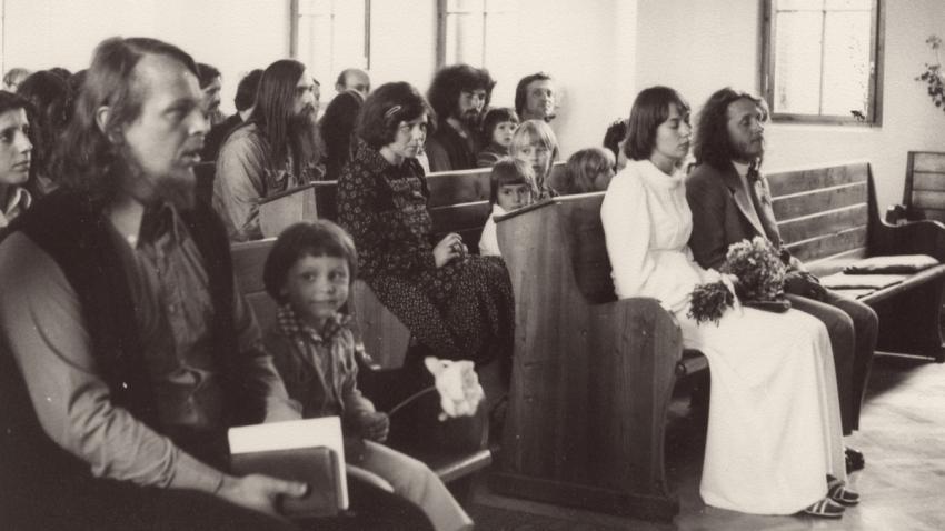 Svatba Viktora a Petry Parkánových v Chotíněvsi. Vlevo Sváťa Karásek. Foto: Paměť národa