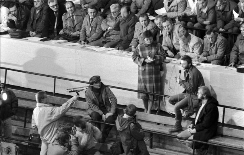 Svědectví studenta o zásahu na Národní třídě nesmělo na stadionu zaznít – organizátoři vypnuli mikrofony. Foto: ČTK