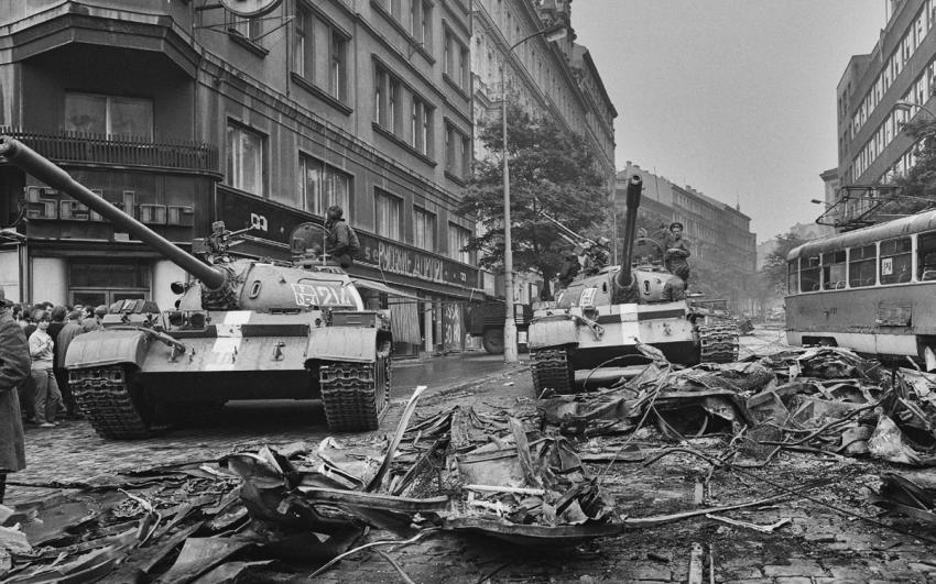 Sovětské tanky před rozhlasem. Foto: Jiří Všetečka