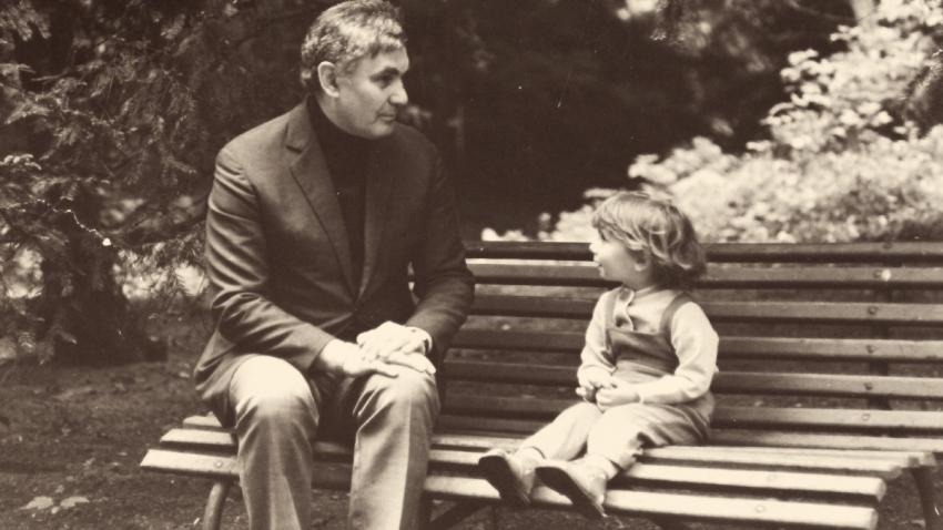 Václav Irmanov se svou vnučkou Annou na začátku 70. let. Foto: Paměť národa