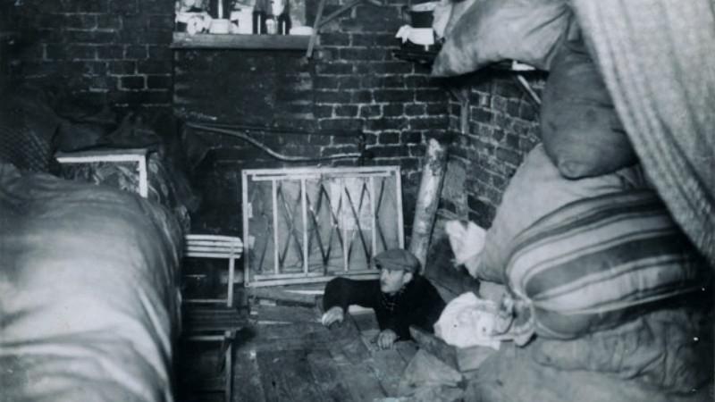 Jeden z tunelů povstalců zachycený na fotografii ze závěrečné zprávy velitele likvidačního zásahu Jürgena Stroopa. Foto: Wikimedia Commons/Public Domain