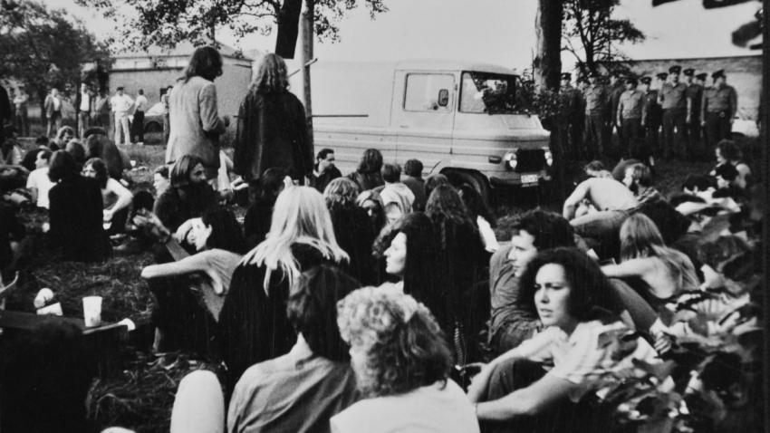 Jan Král na posledním koncertu undergroundových kapel pod dohledem příslušníků VB v Orlové 23. září 1989.