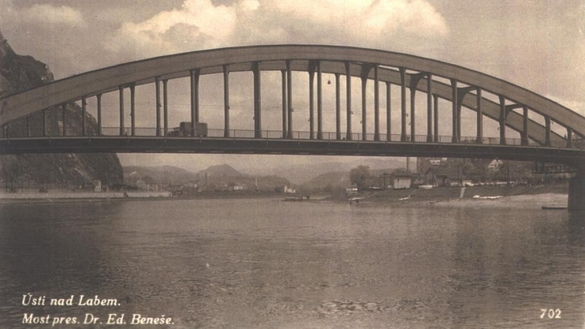 Most Dr. E. Beneše na dobové fotografii. Stavět se začal v březnu roku 1934 a slavnostní otevření mostu proběhlo 9. srpna 1936.