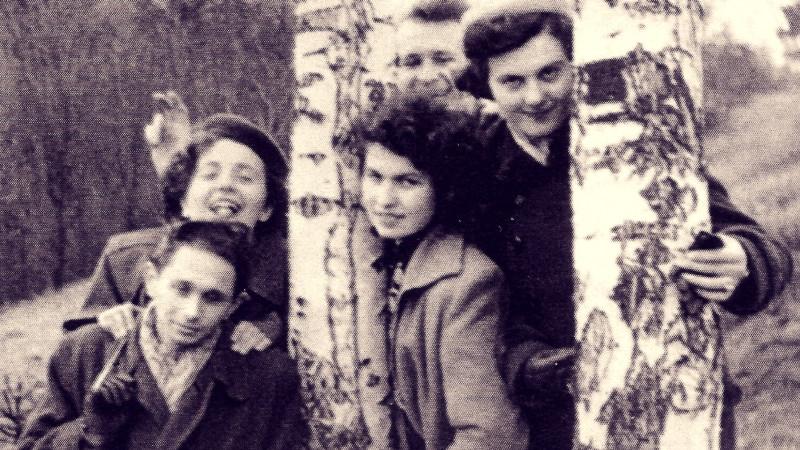 Ladislav Bartůněk s kamarády a budoucí manželkou v době před zatčením. Foto: Paměť národa
