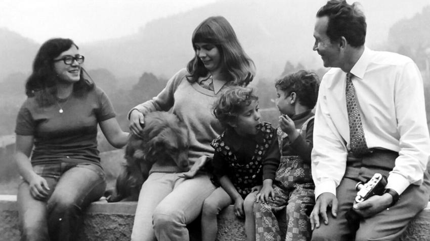 Dětský psycholog Zdeněk Matějček stál u zrodu SOS dětských veniček u nás. Na fotografii na návštěvě v Doubí v roce 1973.