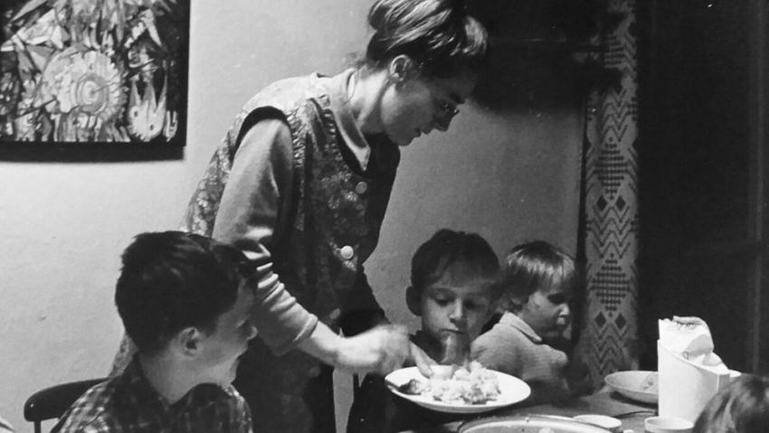 Rok 1971 ve vesničce v Doubí – Eva Borková podává dětem večeři.