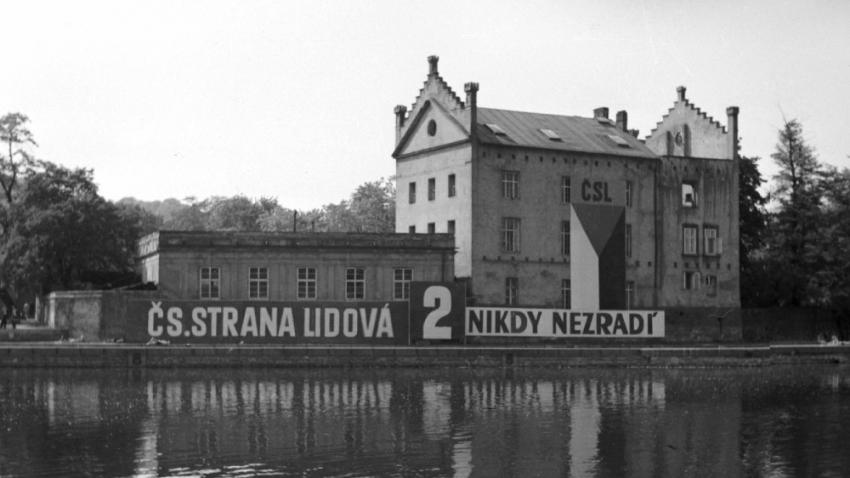 Agitace Československé strany lidové před volbami, které se konaly 26. května 1946. Lidovci získali 46 mandátů ze 300, komunisté 93. Foto: ČTK