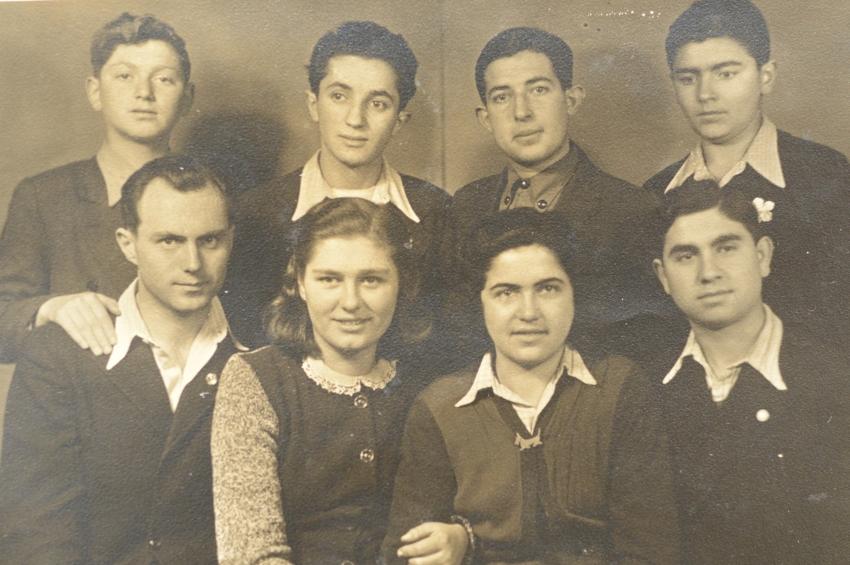Antonín a Karla Moravcovi (vlevo dole) a jejich židovští svěřenci na zámku Štiřín. Zdroj: Paměť národa