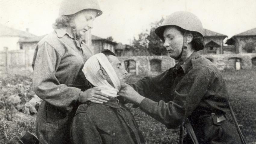 Výcvik zdravotnic 1. českoskolovenského armádního sboru v terénu. Foto: Ženy-bojující.cz