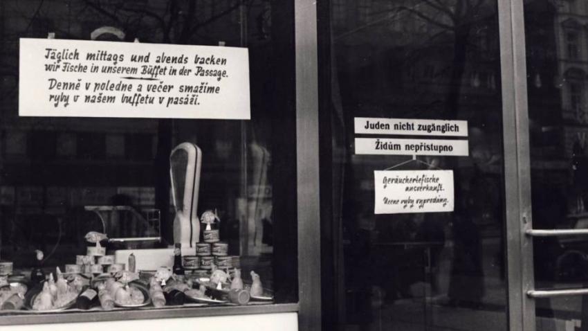 Židům nepřípustno, upozorňoval nápis na dveřích bufetu.