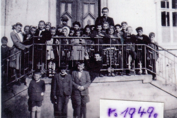 Školní fotografie dětí nových osídlenců z roku 1949 z Koclířova. Zdroj: archiv pamětníka