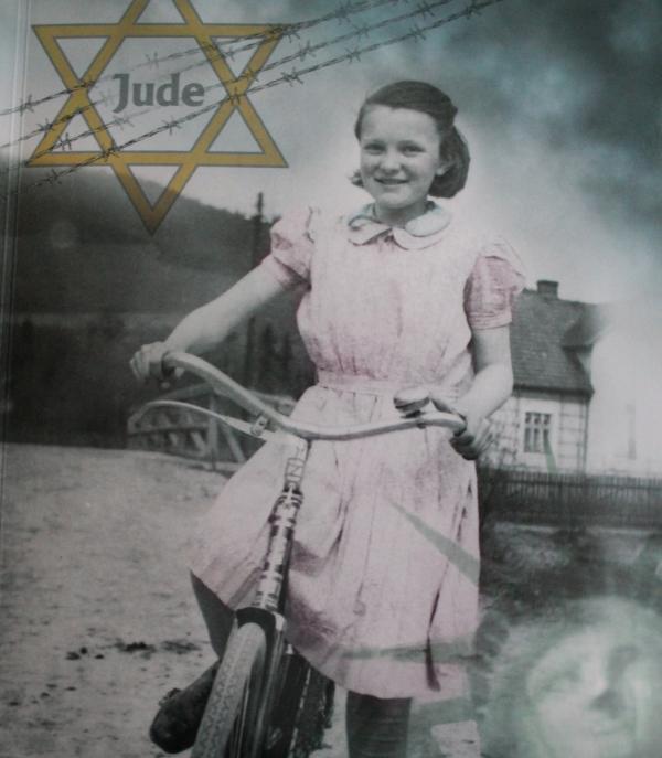 Fotografie desetileté Ilse na přebalu knihy Očima dítěte
