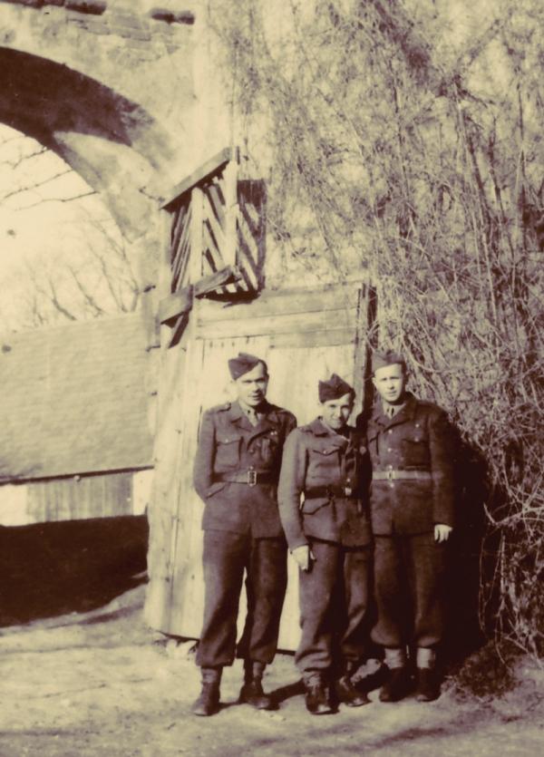 Josef Jančar vjezdu do horního areálu zámku Zelená Hora, kde zřídili koministé kasárna pro technické prapory. Foto: Paměť národa