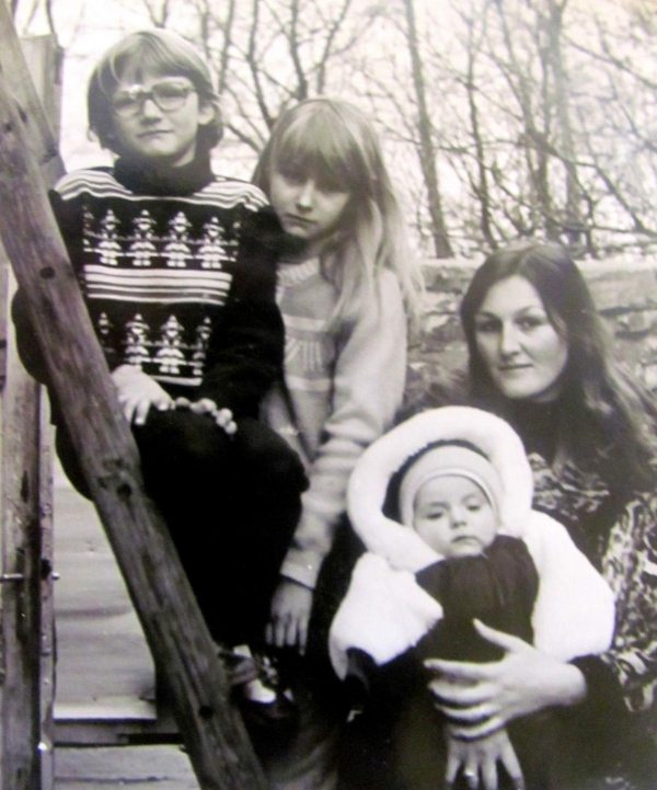 Drahomíra Šinoglová s dětmi.