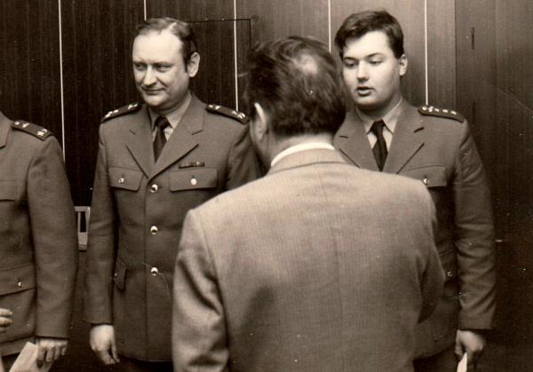Generál Carda uděluje Vítu Iblovi odměnu za vzornou službu, 1989