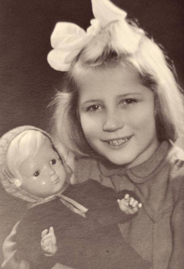 Jedna z dívek umístěná v penzionátu Voršilek. Fotografie byly pořízeny pro patrony dětí. Foto: Paměť národa