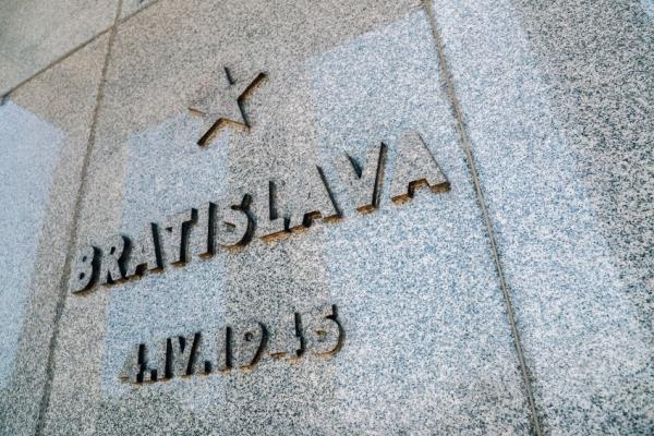Na stěnách obřadní síně památníku Slavín jsou vyryta jména slovenských měst a datum jejich osvobození Rudou armádou. Foto: 123RF