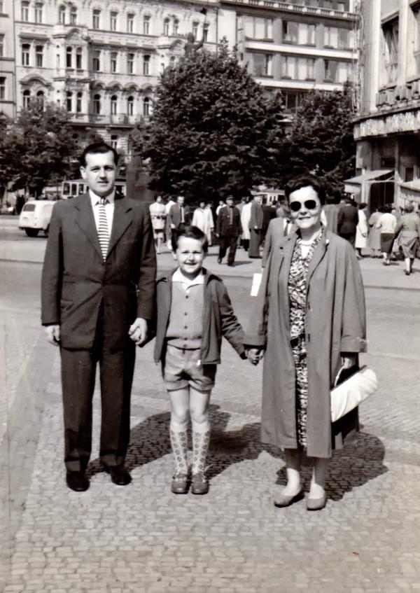 Šťastný syn Jirka – po pěti letech s oběma rodiči. Foto: Paměť nrádoa