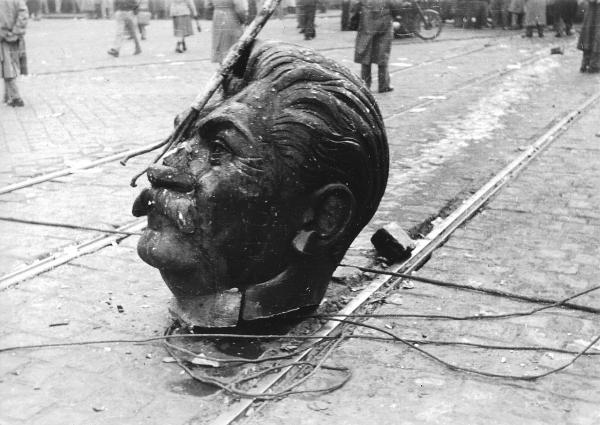 Hlava Stalina ze sochy stržené v Budapešti během povstání. Foto: CC BY-SA 3.0