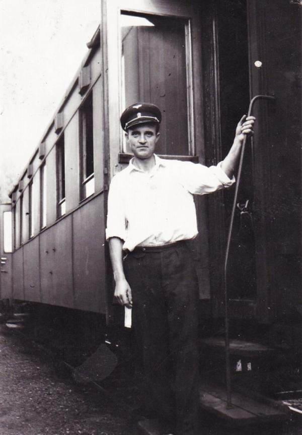 Petr Záleský v práci na dráze v roce 1969. Zdroj: Paměť národa