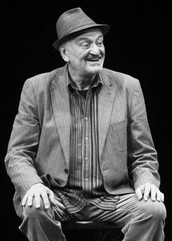 Milan Lasica na scéně, foto Ctibor Bachratý. Zdroj: Paměť národa/archiv Študia S + L