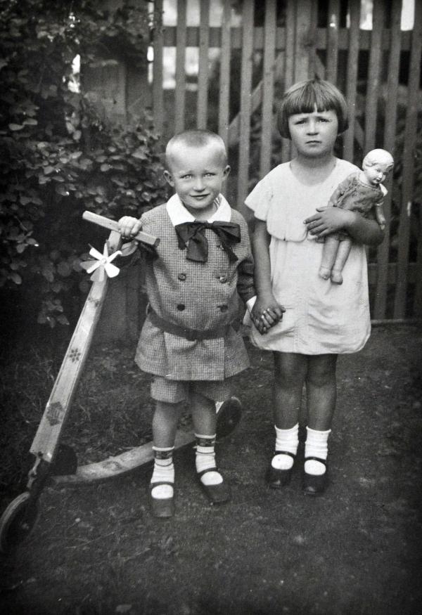 Antonín Zelenka se sestrou Květuší, Vladislav, 1930. Zdroj: archiv Antonína Zelenky