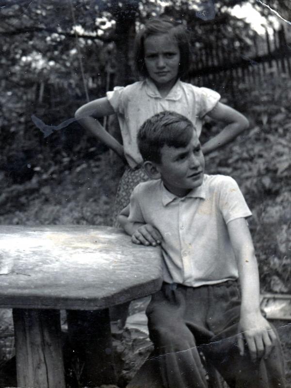 S mladší sestrou Alenou v Bukovci. Zdroj: Paměť národa