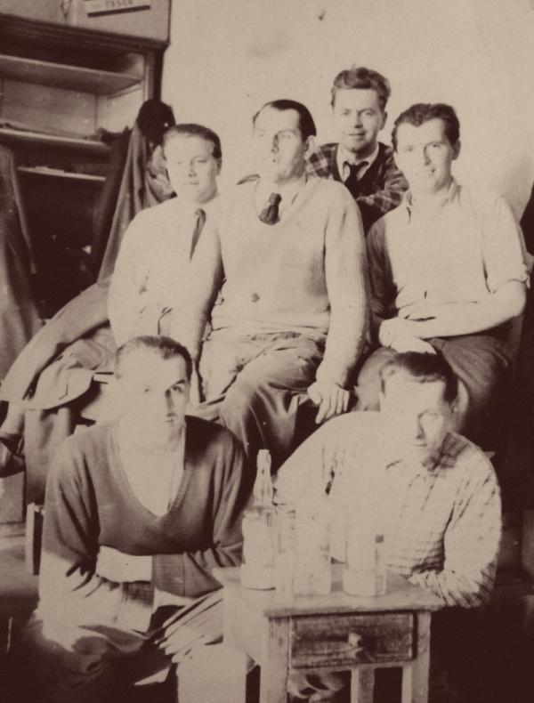 Adolf Kůrka (vpravo nahoře) v krejčovské dílně před válkou v Opavě, kde se vyučil krejčím.