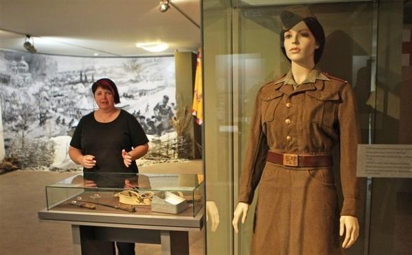 Uniforma Anny Fantlové v Národním památníku II. světové války v Hrabyni. Foto: Kamila Poláková, Národní památník II. světové války