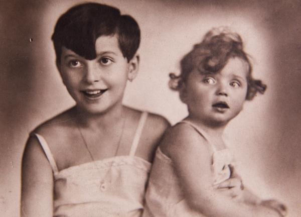 Anna se starší sestrou Trudou. Foto: Paměť národa