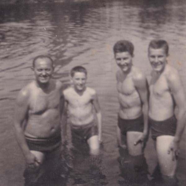 Antonín Panenka (druhý zleva) se svým otcem a staršími bratry. Zdroj: Archiv pamětníka