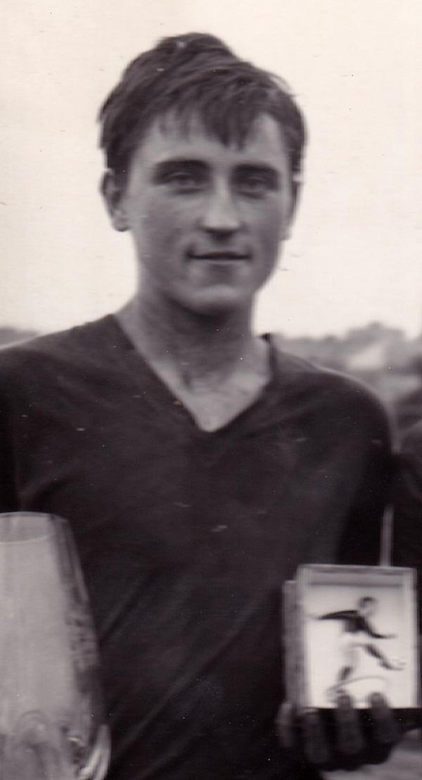 Antonín Panenka jako dorostenec s trofejí pro nejlepšího střelce fotbalového turnaje, 1964. Zdroj: Archiv pamětníka