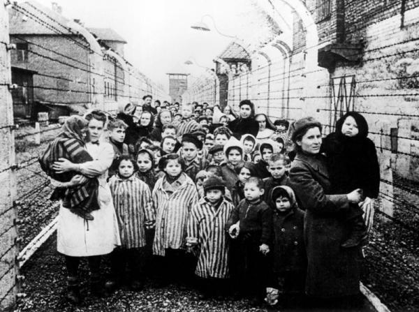 Vězněné děti při osvobození tábora