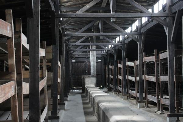Vnitřek osvětimského baráku v památníku Auschwitz-Birkenau. Foto: Wikimedia Commons, CC BY-SA 3.0