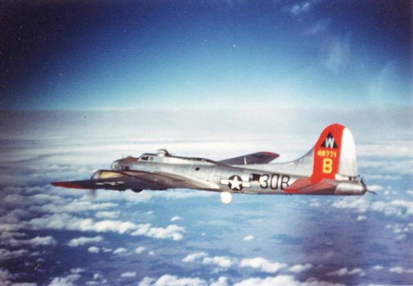 B-17 na snímku 398. bombardovací skupiny osudného 14. února 1945.