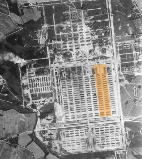 Letecký záběr na blok rodinného tábora v Osvětimi-Březince. Foto: Wikimedia Commons