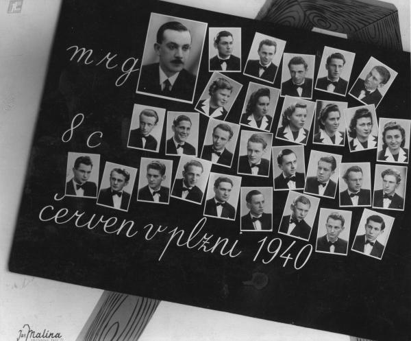 Vladimír Beneš na maturitním tablu – druhý zleva ve druhé řadě odspoda.  Foto: Paměť národa