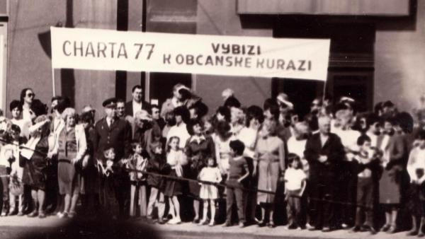 Transparent na prvomájové oslavě v Olomouci v roce 1987.