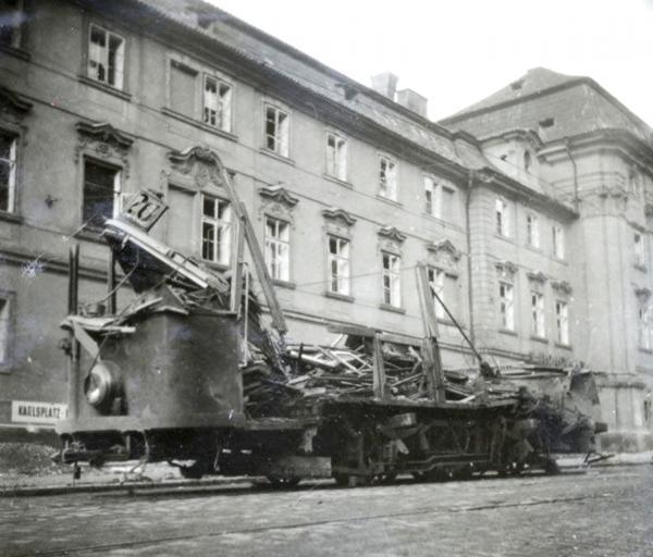 Tramvaj číslo 20 na zastávce na Karlově náměstí. Foto Vojenský historický ústav