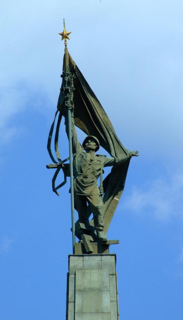 Socha rudoarmějce na téměř 40 metrovém obelisku na památníku Slavín. Jejím autorem je Alexander Trizuljak. Foto: Wikimedia Commons CC-BY-SA-2.