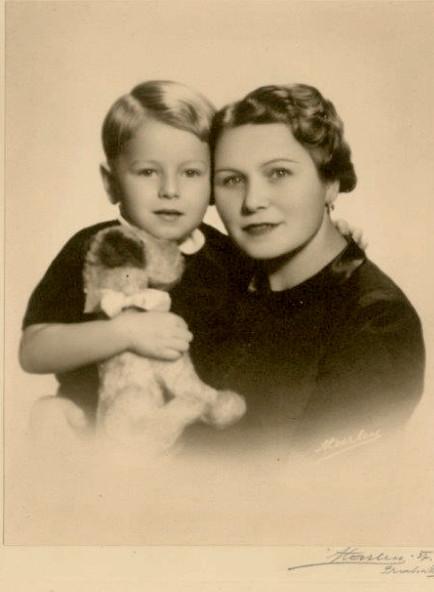 Malý Jiří s maminkou. Foto: Paměť národa